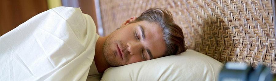 Фото: по каким причинам мужчины могут потеть ночью