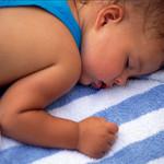 Холодный пот у ребенка – ищем основные причины появления недуга